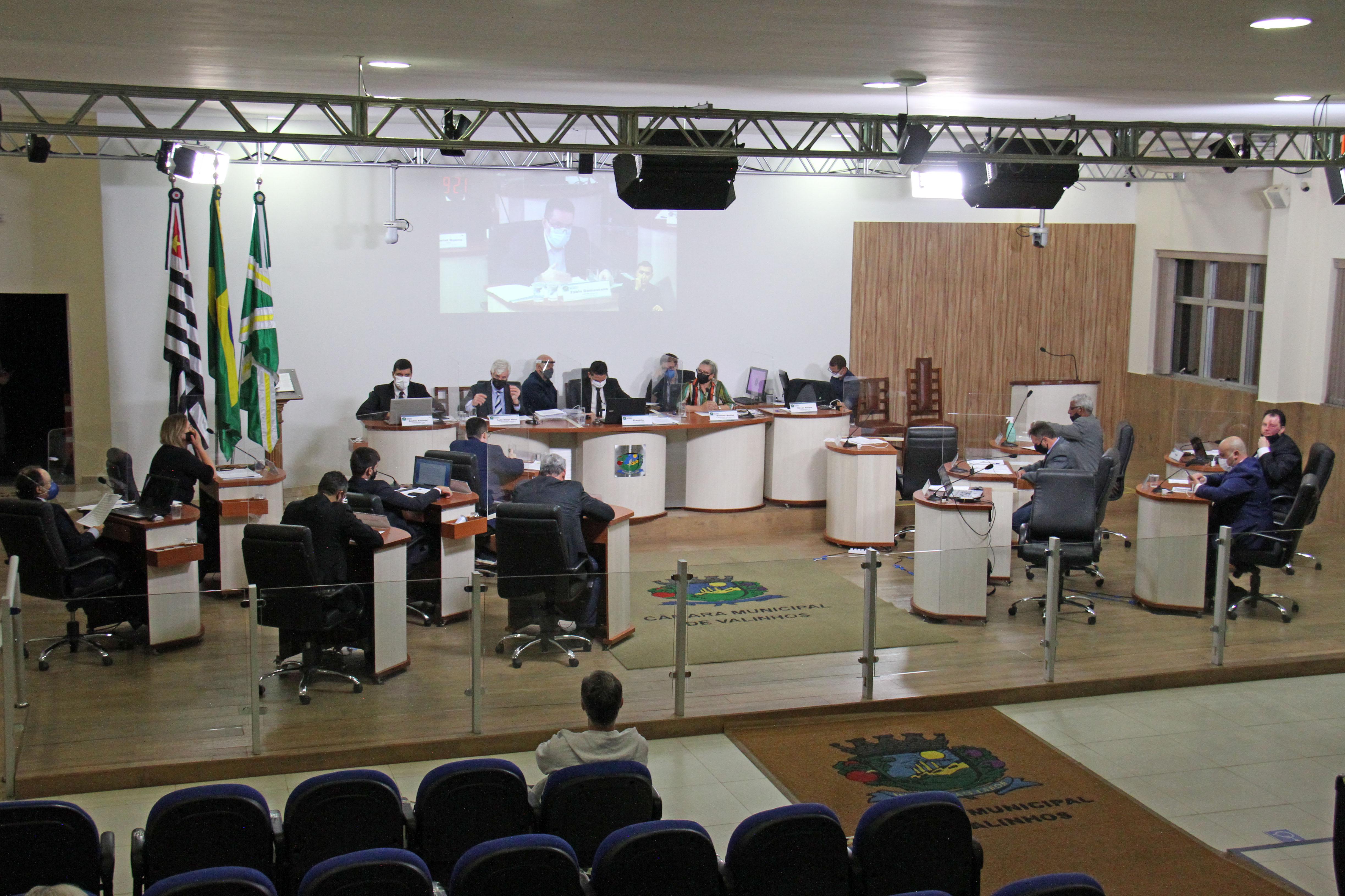 #PraCegoVer: Foto mostra o plenário da Câmara visto de cima com os vereadores sentados em seus lugares.