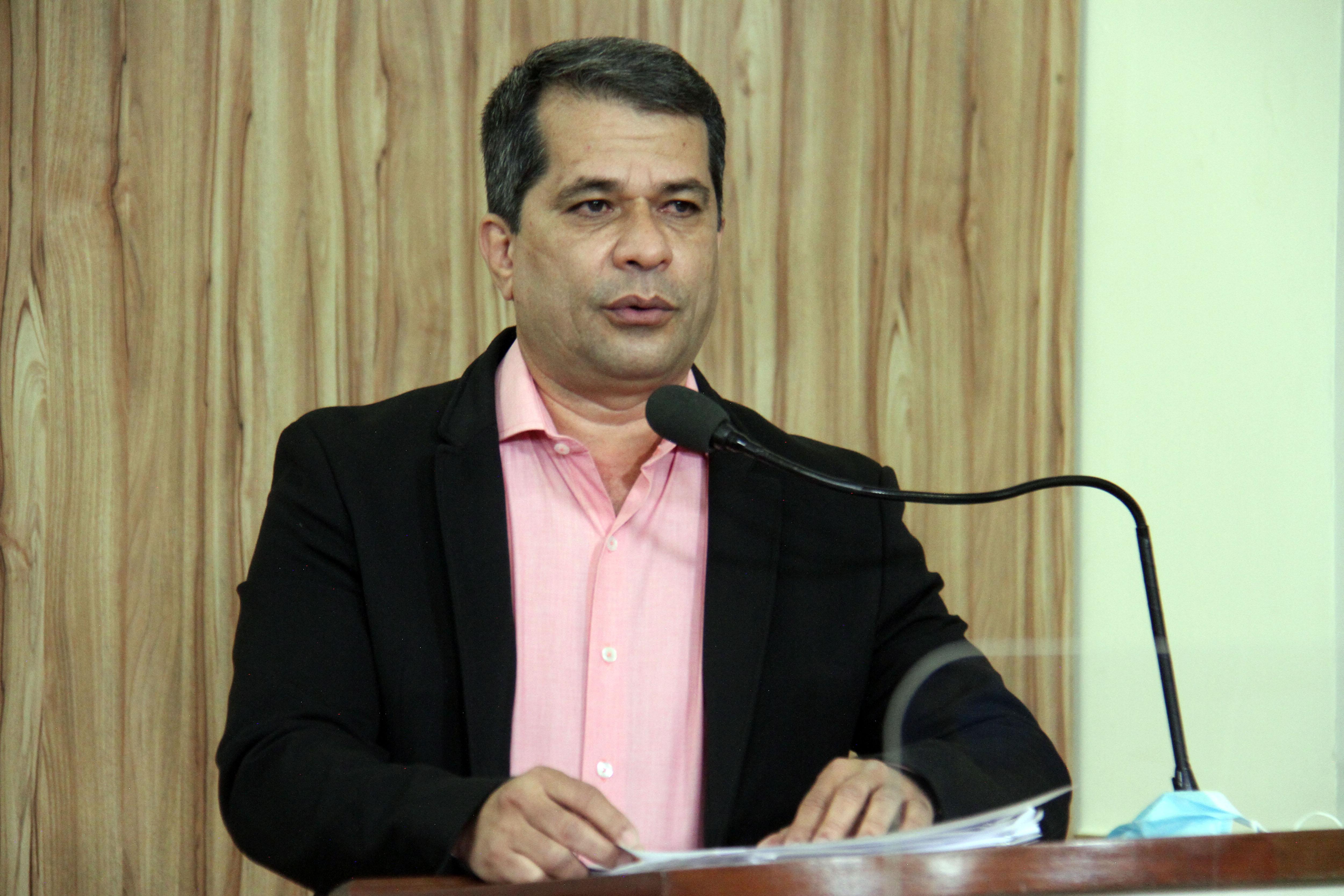 #PraCegoVer: Foto mostra o presidente do DAEV, Ivair Nunes Pereira, discursando na tribuna da Câmara.