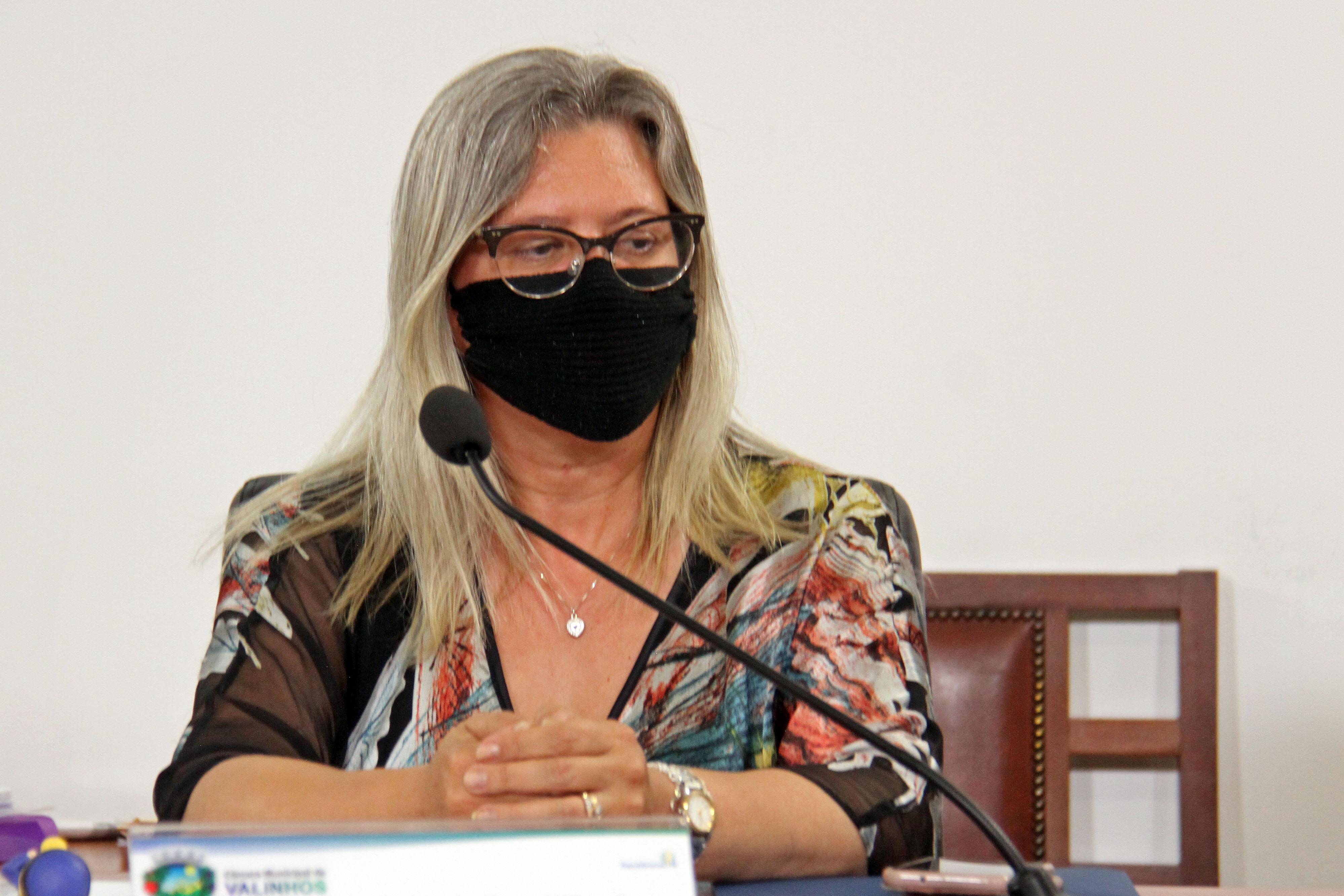 #PraCegoVer: Foto mostra a vereadora Simone Bellini sentada em seu lugar durante a sessão ordinária.