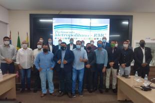 #PraCegoVer: Foto mostra representantes do Parlamento Metropolitano posando para a foto, na Câmara de Hortolândia.