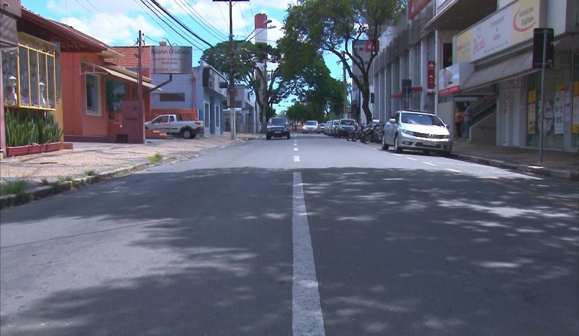 #PraCegoVer: Rua 13 de Maio, no Centro de Valinhos, com o comércio fechado. Imagem foi feita do meio da rua.
