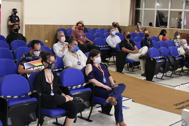 #PraCegoVer: Foto mostra parte do público que acompanha a sessão ordinária no plenário.
