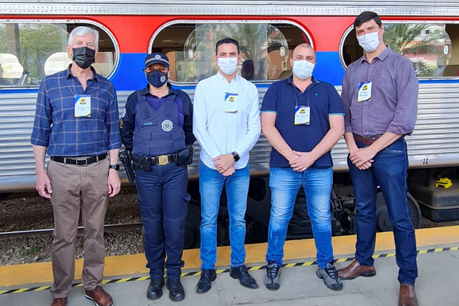 #PraCegoVer: Foto mostra vereadores em frente ao trem. Da esquerda para a direita estão os vereadores Mayr, Simone Bellini, Franklin, Thiago Samasso e André Amaral.