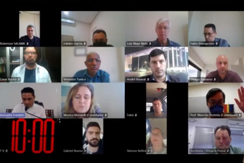 #PraCegoVer: Foto mostra os vereadores em janelas do aplicativo de videoconferência.