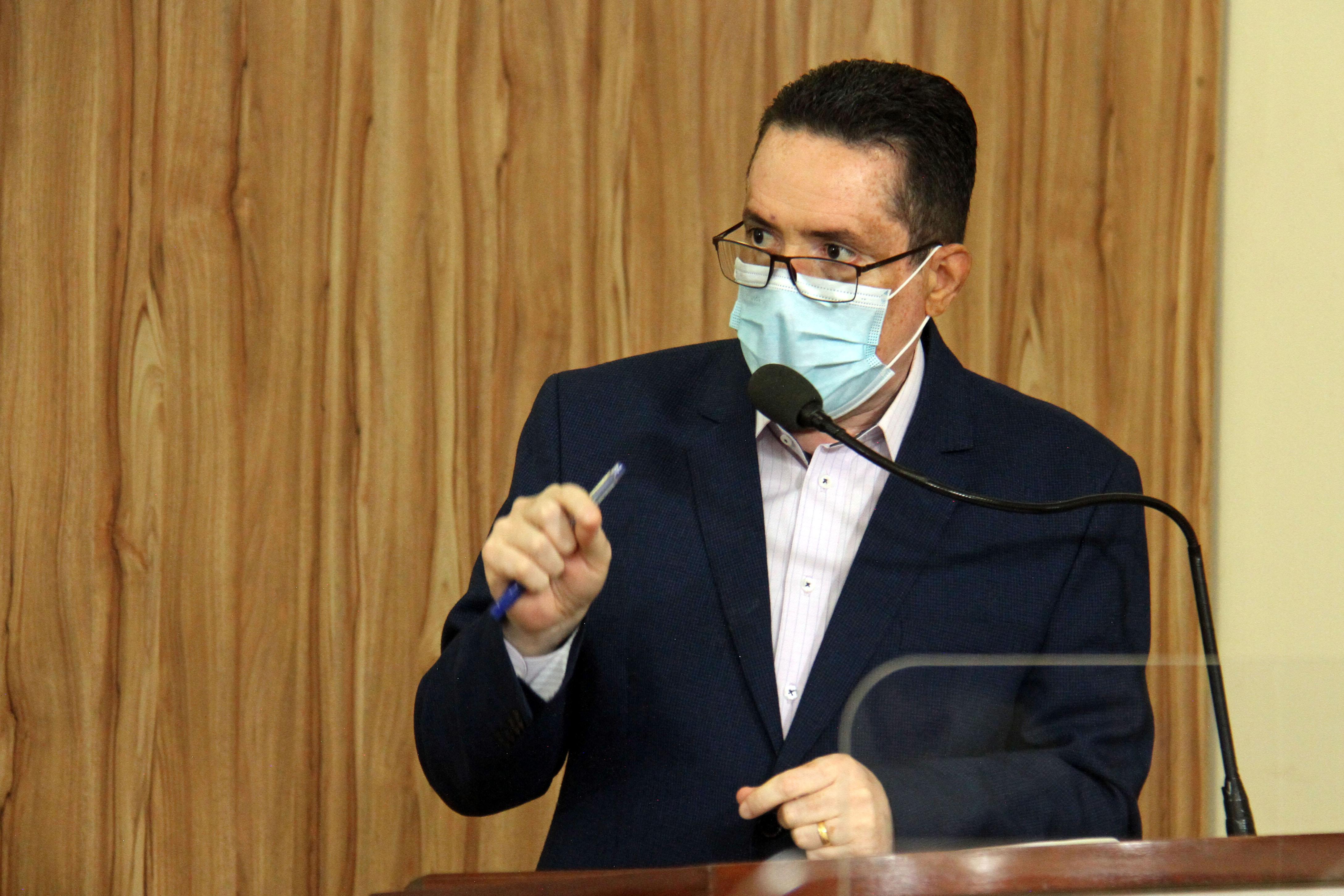 #PraCegoVer: Foto mostra o vereador Fábio Damasceno discursando na tribuna da Câmara.