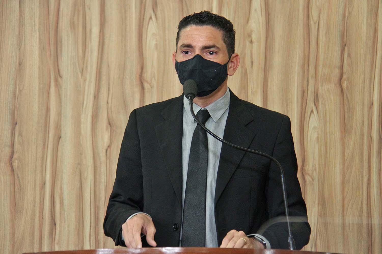 #PraCegoVer: Foto mostra o vereador Franklin discursando na tribuna da Câmara.