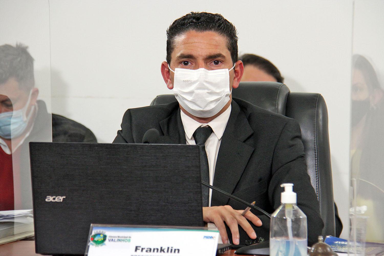 #PraCegoVer: Foto mostra o vereador Franklin presidindo a sessão ordinária. Ele usa máscara como medida de prevenção à Covid-19.