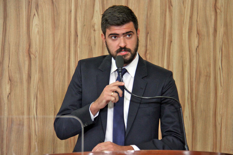 #PraCegoVer: Foto mostra o vereador Gabriel Bueno discursando na tribuna da Câmara.