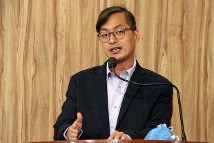 #PraCegoVer: Foto mostra o vereador Marcelo Yoshida discursando na tribuna da Câmara.