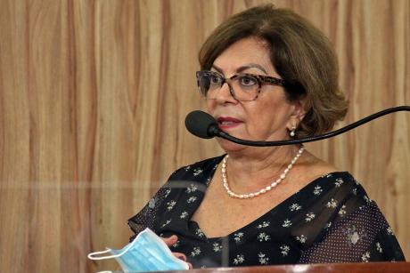 #PraCegoVer: Foto mostra a presidente do Grupo Rosa e Amor, Márcia Franzese, discursando na tribuna da Câmara.