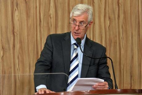 #PraCegoVer: Foto mostra o vereador Mayr discursando na tribuna da Câmara.