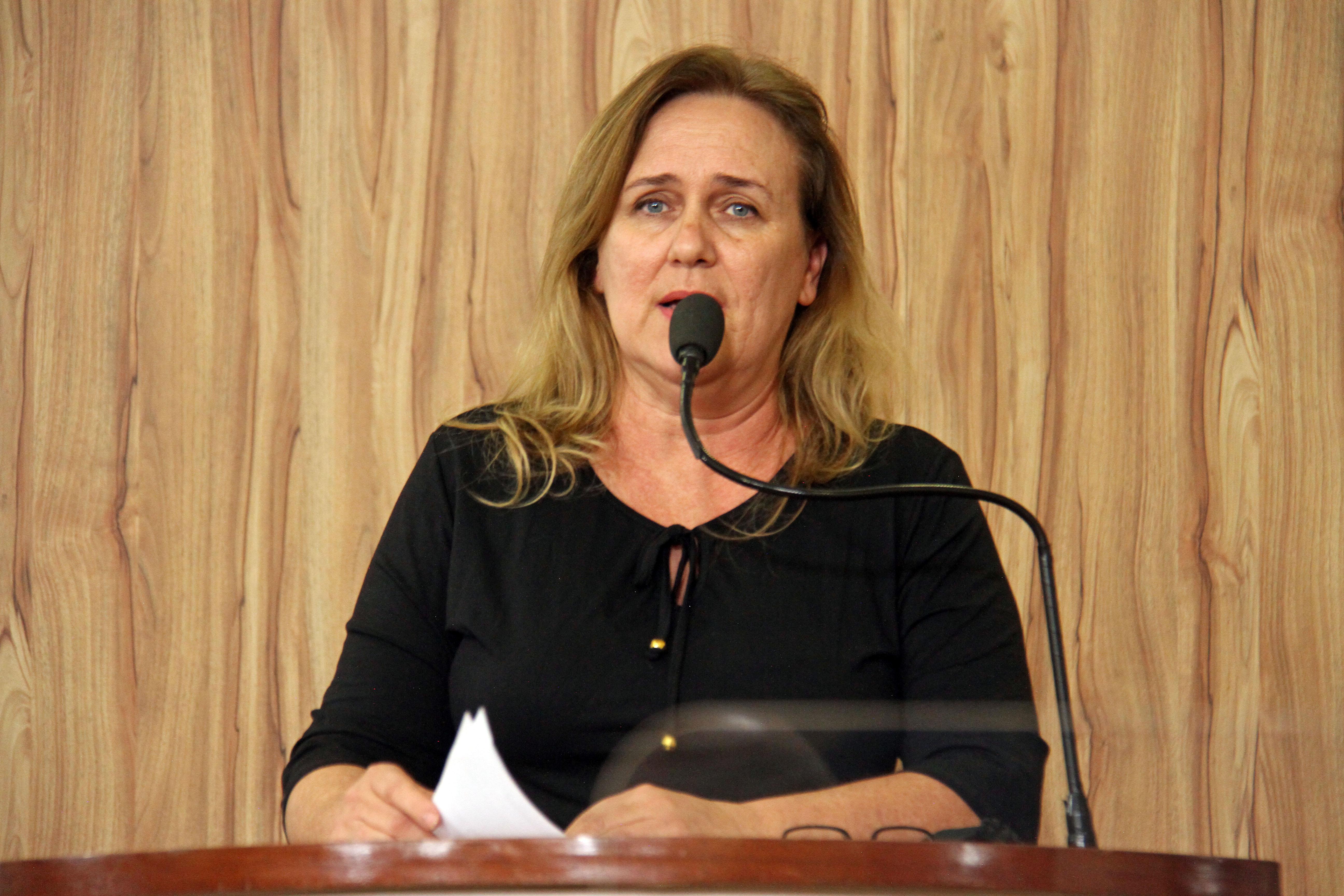 #PraCegoVer: Foto mostra a vereadora Mônica Morandi discursando na tribuna da Câmara.