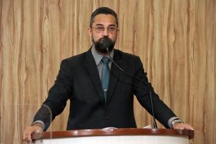 #PraCegoVer: Foto mostra o vereador Alécio Cau discursando na tribuna da Câmara.