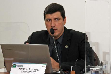 #PraCegoVer: Foto mostra o vereador André Amaral discursando durante a sessão ordinária.