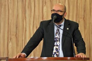 #PraCegoVer: Foto mostra o vereador César Rocha discursando na tribuna da Câmara.