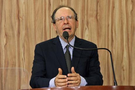#PraCegoVer: Foto mostra o vereador Henrique Conti discursando na tribuna da Câmara.