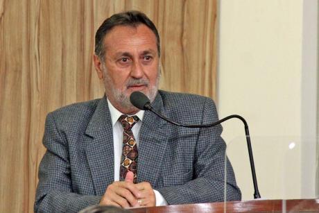 #PraCegoVer: Foto mostra o vereador Edinho Garcia discursando na tribuna da Câmara.