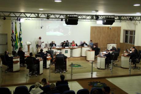 #PraCegoVer: Foto mostra o plenário da Câmara visto de cima, com os vereadores sentados em seus lugares.