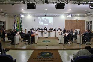 #PraCegoVer: Foto mostra o plenário da Câmara com os vereadores sentados em seus lugares.
