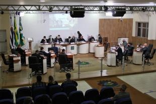 #PraCegoVer: Foto mostra o plenário visto de cima, com os vereadores sentados em seus lugares.