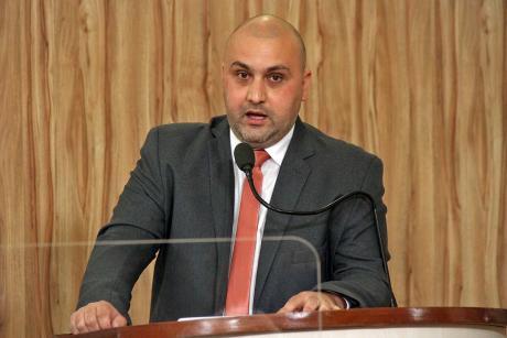 #PraCegoVer: Foto mostra o vereador Thiago Samasso discursando na tribuna da Câmara.